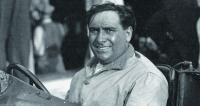 """Giuseppe Campari, největší znejvětších automobilových závodníků své doby. Dvojnásobný Mistr Itálie zlet 1928 a1929. Milovník operního zpěvu akuchaření. Pro snědou barvu kůže mu fanoušci přiřkli přezdívku """"El Negher"""" – vmilánském dialektu """"černý, černoch, negr"""". Rozhodně to však byla přezdívka milá aněžná, stejně jako byl něžný  on sám."""