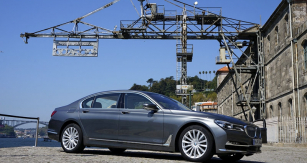 Šestá generace BMW řady7 měla výstavní premiéru veFrankfurtu, poprvé jsme ji okusili vPortugalsku...