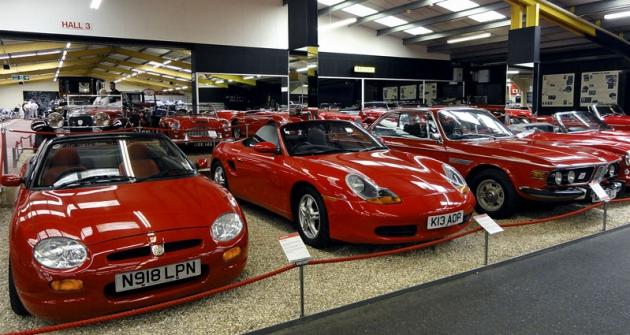 VRed Roomu jsou ijiné  než britské vozy  (zadomácím MGF  vidíme Porsche Boxster atřílitrové kupé BMW  velké řady E9)