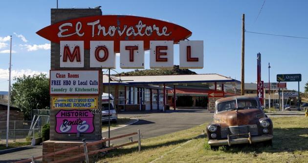 Motel vKingmanu;  vtomto arizonském městě je také muzeum Route66, dobové reklamy ahistorické automobily