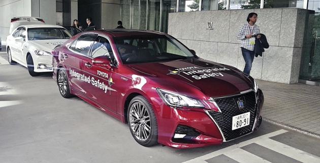 Jedním ze tří vozů Toyota,  jež mohou mít zapříplatek systém  ITS Connect, je sedan Crown Athlete, zajehož volantem jsme ITS Connect vTokiu také zkoušeli