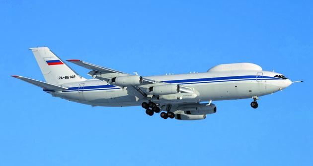 """Třetí """"kousek"""" vzdušného velitelského stanoviště Il-80 RA-86148 má dobře viditelný teleskopický nástavec pro tankování paliva zaletu."""