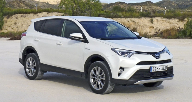 Modernizovaná Toyota RAV4 přichází doEvropy, ato poprvé  ivevyobrazené verzi Hybrid  spohonem všech kol