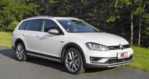 Volkswagen Golf Alltrack  se liší odkombi Variant detaily čelní stěny azádě, nárazníky, celoobvodovou plastovou ochranou spodku karoserie avětší světlou výškou