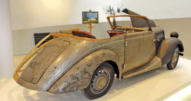 Praga Piccolo model 1939 vnázorném řezu, prozrazujícím smíšenou stavbu karoserie sdřevěnými výztuhami