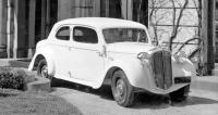 Bílá dvoudveřová Škoda 932 smotorem vzadu (duben 1934)