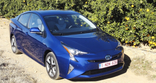 Toyota Prius čtvrté generace se představila  naIAA 2015 veFrankfurtu, vúnoru jsme ji poprvé vyzkoušeli našpanělských silnicích uValencie