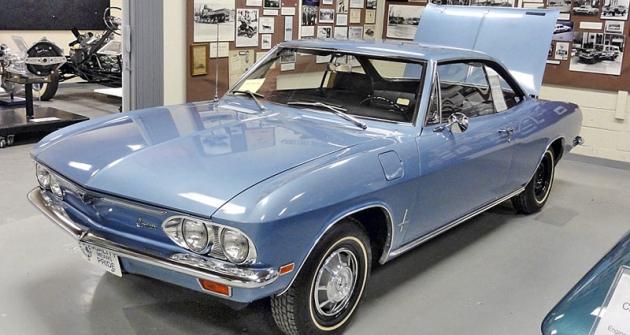 Chevrolet Corvair Monza 1969, kupé splochým šestiválcem 2687cm3, uloženým neobvykle vzádi