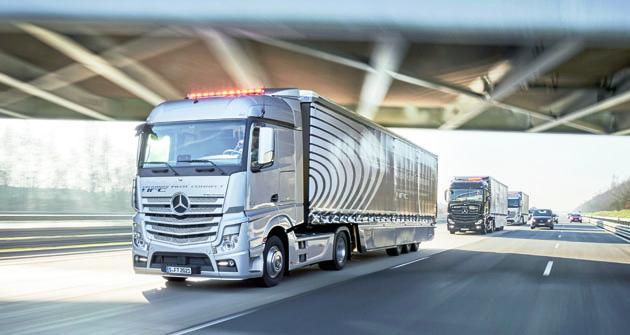 """Březen 2016, další krok kdosažení plné konektivity byl právě učiněn. Nadálnici A52 vNěmecku vyrazila první """"jízdní četa"""" (Platoon) propojených silničních souprav Mercedes-Benz."""