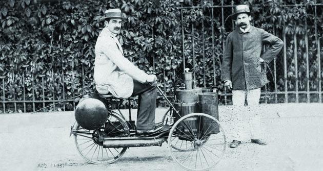 Albert de Dion najednom ze svých prvních pohybovadel sparním motorem – 1883.