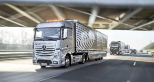 Zkušební jízda propojených vozidel Mercedes-Benz proběhla vNěmecku na dálnici A 52