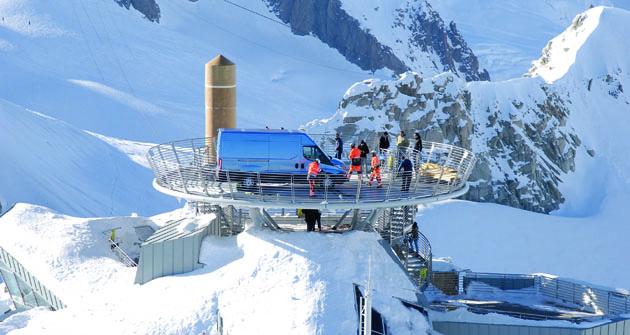 """Daily čeká na svých """"patnáct minut  slávy"""" na vyhlídkové terase  pod masivem Mont Blanc."""