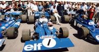 Jackie Stewart se vGoodwoodu vrátil za volant prvního Tyrrellu formule 1, který debutoval vsezoně 1970 (vůzpostavil Derek Gardner tajně ve své garáži)