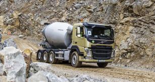 """Volvo FMX 450 """"tridem"""" střetí přizvedávanou a zatáčecí nápravou"""