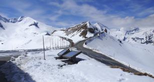 Horská silnice ve výši 2500 metrů nad mořem
