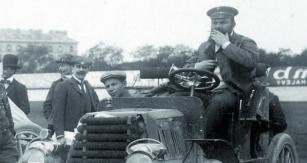 Všechny své závody absolvoval baron René de Knyff navozech Panhard-Levassor, ostatně vautomobilce byl také ředitelem.
