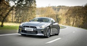 Nissan GT-R dostal nově řešenou příď světším nasávacím otvorem, nové světlomety anapříklad izesílený rám čelního okna
