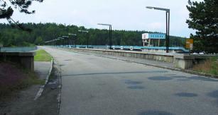 Koruna přehradní hráze je veřejnosti přístupná i vozidly.