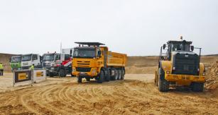 Vozy Tatra a nakladač Caterpillar