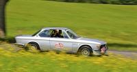 Vítězná posádka Tomáš a Dagmar Fialovi s BMW 3.0 CSI (1971) při průjezdu karlovarskou krajinou