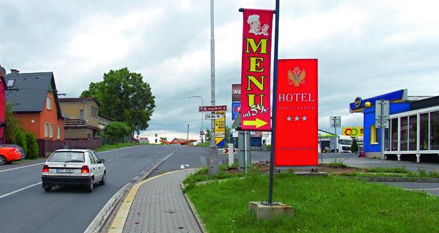 Příjezd kparkovišti naKrnovské ulici.