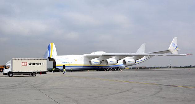 Antonov AN-225 Mrija připraven na letišti k nakládání