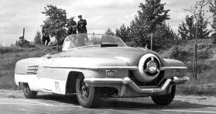 Prototyp ZIL 112, nemotorně působící a zoufale zpracovaná kopie konceptu Buick LeSabre (1951) z pera Harleye Earla, ve své původní podobě z roku 1952