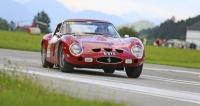 Cena jedinečného Ferrari 250 GTO (1962) stoupá přes 30 milionů eur, ale dvojici britských gentlemanů to nezabránilo ve svižné jízdě