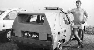 Ing. Mansfeld v létě 1985 u maskovaného prototypu Škoda Favorit při vysokohorských zkouškách avýjezdu naMont Ventoux, známý kopec Tour deFrance. Testy odladění palivového systému astartovatelnosti v letních podmínkách byly prováděny společně spracovníky firmy Pierburg