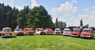 Zcela neplánovaně se zde setkalo devět hasičských vozů Ford Transit první generace