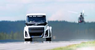 Železný rytíř od Volva využívá ke svému pohonu upravený hnací trakt se základem vsériové produkci. Motor Volvo D13 se čtyřmi turbodmychadly dává max. výkon 1765 kW/2400 a automatizovaná převodovka I-Shift zvládne točivý moment o maximu 6000 N.m.