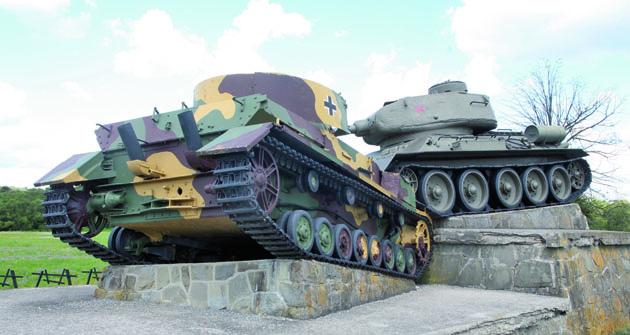 """Několik kilometrů odměsta Svidník je umístěn památník snázvem """"Taran"""". Pod vysokým bojovým tlakem itakto ničili sovětské tanky T 34 své  nacistické protějšky."""
