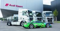 Předávání tahačů MAN TGX pro divizi Audi Sport proběhlo vareálu testovacího aškolícího střediska Audi vNeuburg an der Donau. Vpopředí závodní automobil DTM Audi RS5.
