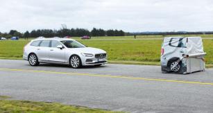 Loni nanečisto, letos již naostro. V areálu letiště v Sindalu poprvé probíhaly zkoušky systémů autonomního brzdění (AEB), jimiž už v loňském roce byla vybavena významná část kandidátů na titul Car of the Year. Testovalo se v reálných podmínkách, na suchém povrchu, před certifikovanou bariérou ADAC a podle údajů daných výrobcem v uživatelské příručce