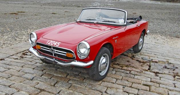 Honda S800 z roku 1967, kdy se začala dovážet do Velké Británie; originální vůz, dochovaný na ostrově Jersey, prochází renovací na počest 50. výročí u filiálky Honda UK