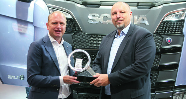 Henrik Henriksson,  prezident agenerální ředitel společnosti Scania (vlevo) aing.Milan Olšanský, člen mezinárodní poroty International Truck of the Year zaČeskou republiku, společně soceněním Turk of the Year 2017.