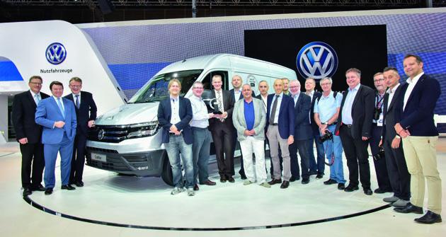 Vedení společnosti Volkswagen Commercial Vehicles (vlevo) a mírná většina jury International Van of the Year (vpravo). Pátý zleva předseda jury Jarlath Sweeney, šestý Dr. Eckhard Scholz, předseda představenstva společnosti Volkswagen Commercial Vehicles, sedmý zleva (uprostřed) Ing. Milan Olšanský, jediný zástupce Česka a Slovenska vmezinárodní jury Van of the Year.
