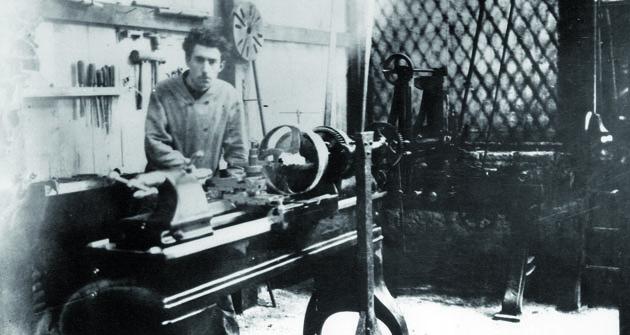 Louis Renault zasoustruhem vesvé první improvizované dílně vzahradním domku napozemku rodičů vBillancourtu vroce 1898.