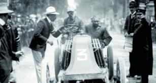 Louis Renault byl až dovražedného závodu Paříž – Madrid vroce 1903  aktivní závodní jezdec. Poté však  již jeho vozy řídili vstříc vítězství jíní,  vesměs vynikající piloti.