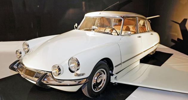 Citroën DS19, snímž ve finálové scéně snímku Fantomas se zlobí (1965) padouch v masce komisaři Juveovi uniká voblacích