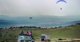 Lidé od marketingu vymyslí cokoliv – třeba i takovou věc jako je zapřáhnutí paraglidistu za silniční soupravu.
