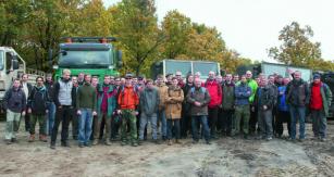 Technický úsek společnosti Tatra Trucks vyrazil doplenéru,  aby si konstruktéři, projektanti atechnici vyzkoušeli výrobky  nanichž pracují vkancelářích adílnách přímo vprovozu.