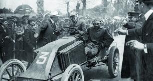 Vroce 1903 se Louis Renault postavil nastart závodu Paříž – Madrid. Opět slehkým vozem aznovu s velkými ambicemi naumístění.
