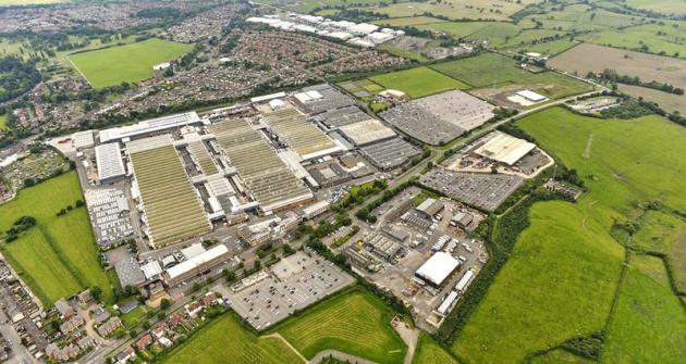 Letecký pohled natovárnu Bentley Motors v anglickém Crewe. V popředí rozestavěná motorárna, jež byla otevřena v červenci 2016