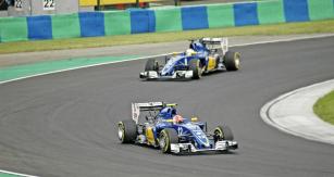 Na Velké ceně Maďarska 2016 jede Felipe Nasr před Marcusem Ericssonem (oba Sauber C35)
