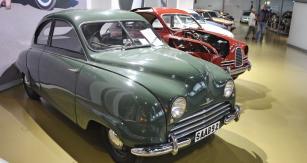 Saab 92 (1949 – 1956, celkem  20 128 kusů) byl prvním Saabem vyráběným sériově. Příčně vpředu uložený dvoudobý, kapalinou chlazený dvouválec o objemu 764 cm3 měl nejvyšší výkon 25k a poháněl přední kola