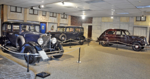 """Volvo PV651 (1931), první sšestiválcem řady DB, výroba 1929 – 1958, 3010 cm3 (55 k/3000 min-1). Uprostřed sedmimístný TR 704 (1935) s rozvorem 3250 mm pro taxislužbu. Vpravo PV36 (1935), přezdívaný podle tehdy populárního brazilského tance """"Carioca"""""""