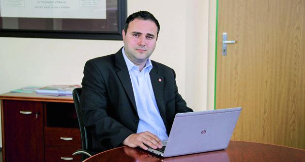 Generální ředitel TATRA TRUCKS Radek Strouhal (34) je absolventem Ekonomické fakulty Vysoké školy báňské – Technické univerzity Ostrava voboru finance. Svou kariéru začal veskupině PROMET GROUP, vekteré působil odroku 2006 doroku 2013.