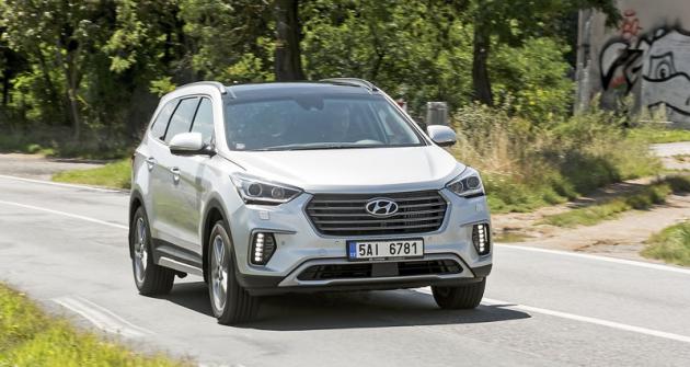 Modernizované provedení vozu Hyundai Grand Santa Fe lze rozpoznat například podle svisle orientovaných LED světel pro denní svícení