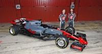 Představení před sezonou 2017 – zleva Kevin Magnussen aRomain Grosjean s vozem HaasVF-17 Ferrari 062 Hybrid